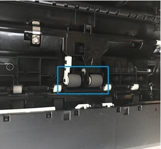 Rodillos de alimentación de papel debajo de la impresora