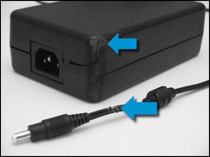 Адаптер переменного тока со сколами и трещинами и поврежденный провод