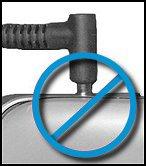 Adaptador CA parcialmente inserido na porta de energia