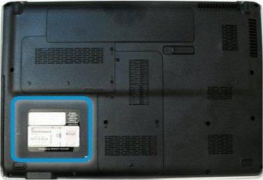 Lokalisieren des Etiketts auf der Abdeckung auf der Rückseite eines Notebooks