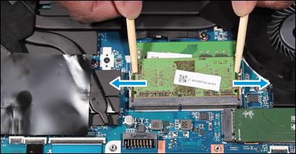 Naciskanie dźwigni wcelu zwolnienia modułu pamięci
