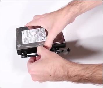 Lösen der Festplatte aus dem Gehäuse