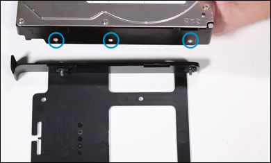 Alignement des trous situés sur les côtés du disque dur de remplacement avec les broches du tiroir