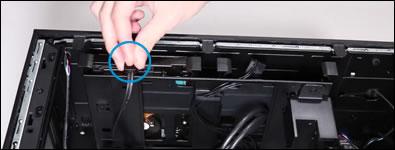 ケーブルをハードディスクドライブに再び取り付ける