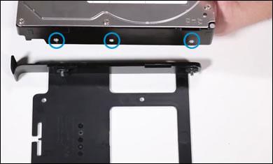 新しいハードドライブの側面にある穴とトレイにあるピンの位置を揃える