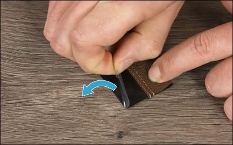 Az öntapadó hátlap lehúzása a tolltartóról