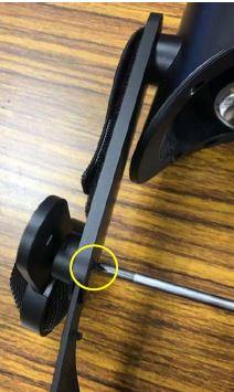 Abschrauben der Headset-Lautsprecher, um sie zu entfernen