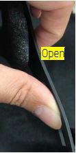 Pression vers l'extérieur sur les languettes situées à l'avant