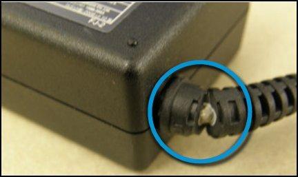 Der er et beskadiget kabel i AC-adapteren