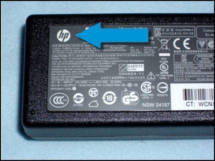 Logotipo de HP en el adaptador de corriente que indica que es una pieza original de HP