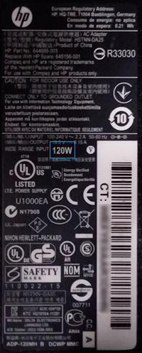 Nätadapterns etikett med wattal markerat